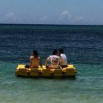 海でくつろぐ社員(2015年社員旅行)