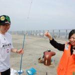熱海で釣りを楽しむ小林常務・原山次長(2008年社員旅行)